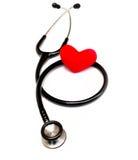 Stetoscopio medico e cuore isolati su bianco Immagine Stock