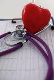 Stetoscopio medico e cuore isolati su bianco Immagini Stock Libere da Diritti