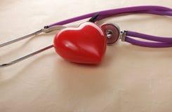 Stetoscopio medico e cuore isolati su bianco Fotografia Stock