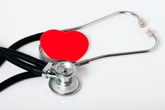 Stetoscopio medico e un cuore rosso fotografia stock libera da diritti