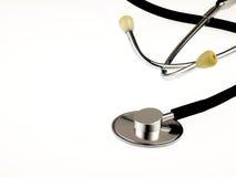 Stetoscopio medico su una priorità bassa bianca Immagini Stock