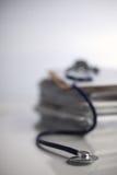 Stetoscopio medico sulla pila di carta Fotografie Stock