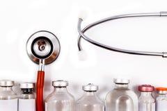 Stetoscopio, siringhe, forbici, forcipe e fiale Fotografie Stock Libere da Diritti