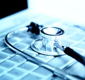 Stetoscopio sopra la tastiera del computer portatile fotografia stock libera da diritti