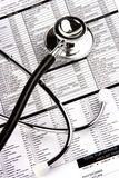 Stetoscopio sopra un rapporto immagine stock libera da diritti