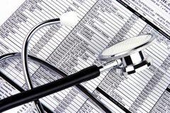 Stetoscopio sopra un rapporto fotografia stock libera da diritti