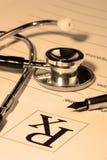 Stetoscopio sopra un rapporto fotografie stock libere da diritti