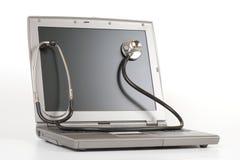 Stetoscopio su un computer portatile Fotografia Stock Libera da Diritti