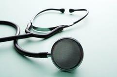 Stetoscopio su un fondo verde Immagine Stock