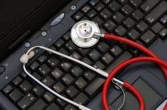 Stetoscopio su una tastiera di calcolatore Fotografie Stock Libere da Diritti