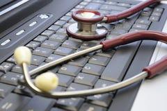 Stetoscopio su una tastiera di calcolatore Fotografia Stock Libera da Diritti