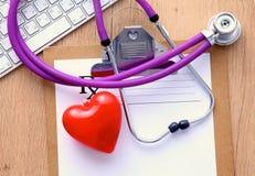 Stetoscopio sulla tastiera del computer portatile Immagine di concetto 3D Immagini Stock