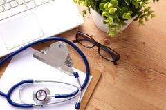 Stetoscopio sulla tastiera del computer portatile Immagine di concetto 3D Immagine Stock