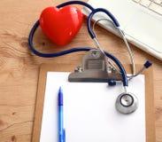 Stetoscopio sulla tastiera del computer portatile Immagine di concetto 3D Fotografia Stock