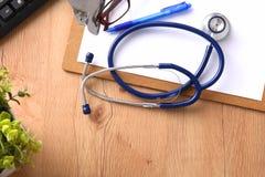 Stetoscopio sulla tastiera del computer portatile Immagine di concetto 3D Fotografia Stock Libera da Diritti