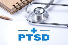 Stetoscopio, taccuino e matita con PTSD - stre post - traumatico fotografia stock
