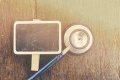 Stetoskop över träbakgrund royaltyfri fotografi