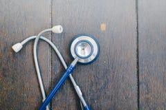 Stetoskop över träbakgrund royaltyfria bilder