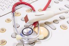 Stetoskop dla kierowego słuchania, ultradźwięku czujnika kłamstwo na ultradźwięk maszynie Fotografia dla diagnozy sercowe choroby obraz royalty free