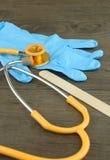 Stetoskop, drewniany jęzoru depressor i rękawiczka, zdjęcia stock