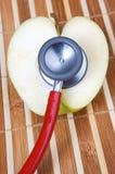 stetoskop för äpplehjärtaform royaltyfri fotografi