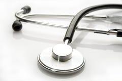Stetoskop för doktorer på vit bakgrund royaltyfri foto