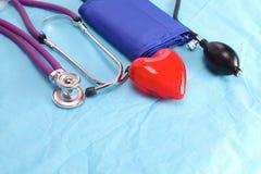 Stetoskop för medicinska apparater, tonometer på den medicinska likformign Fotografering för Bildbyråer
