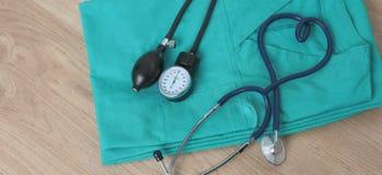 Stetoskop för medicinska apparater, tonometer på den medicinska likformign Royaltyfri Bild