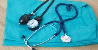 Stetoskop för medicinska apparater, tonometer på den medicinska likformign Arkivbilder