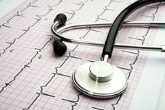 Stetoskop f?r doktorer p? vit bakgrund arkivbild