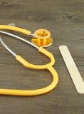 Stetoskop i drewniany jęzoru depressor obrazy royalty free