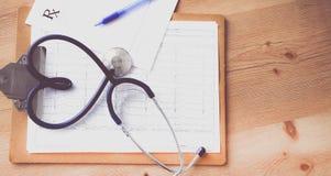 Stetoskop i formen av en hjärta på tabellen Bild för begrepp 3D Arkivbild