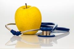 Stetoskop i jabłko. zdrowy łasowanie Obraz Royalty Free