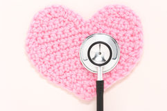 Stetoskop i menchii trykotowy serce. Fotografia Royalty Free