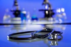 Stetoskop i mikroskopy w badania naukowego laboratorium zdjęcie stock