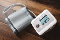 Stetoskop i Sphygmomanometer elektroniczny ciśnienie krwi monitoruje na drewnianym stole fotografia stock