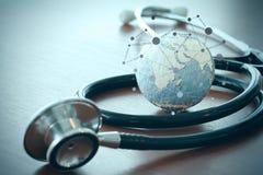 Stetoskop i tekstury kula ziemska z cyfrową pastylką Obrazy Royalty Free