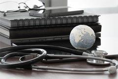 Stetoskop i tekstury kula ziemska z cyfrową pastylką Zdjęcie Stock