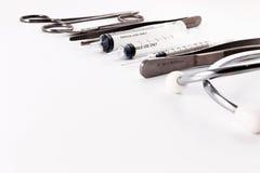 Stetoskop, injektionssprutor, sax och kirurgisk tång Royaltyfri Foto