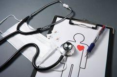 Stetoskop, maska, medycyny, książeczka zdrowia i pióro. Zdjęcia Stock