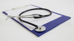 Stetoskop med den svarta tonen på anteckningsboken Arkivfoton