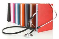 Stetoskop med en bunt av böcker Arkivfoton