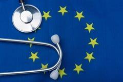 Stetoskop med flaggan av den europeiska unionen Begreppet av hälsa i Europa royaltyfri foto