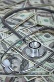 Stetoskop med sedlar för USA-dollar Royaltyfria Foton