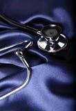 Stetoskop na błękitny atłasie obraz stock