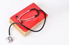 Stetoskop na czerwonej starej książce Obrazy Stock