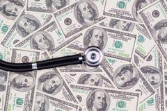Stetoskop na dolarów amerykańskich rachunkach Zdjęcia Royalty Free