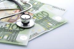 Stetoskop na górze euro banknotów obrazy stock