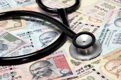 Stetoskop na indyjskiej rupii notatkach Zdjęcia Royalty Free