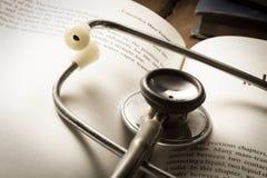 Stetoskop na otwartej książce. Zdjęcia Royalty Free